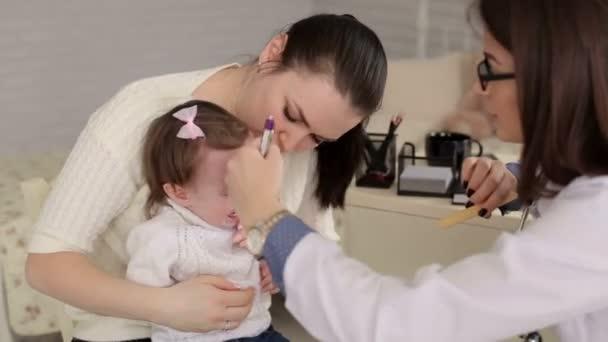 Dítě se svou matkou v událost lékařů