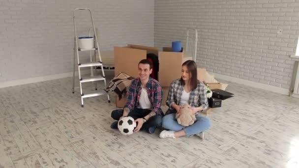 Hravý mladý pár přestěhoval do nového bytu