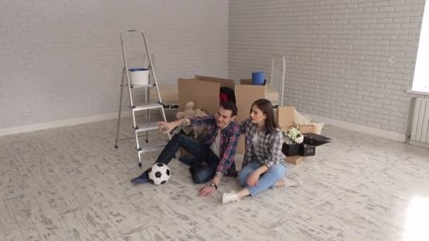 Portrét šťastnému páru v novém bytě