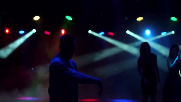 Sziluettjét fiatal srác egy nightclub tánc.