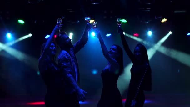 Sziluettjét barátok, tánc, a sötétben.