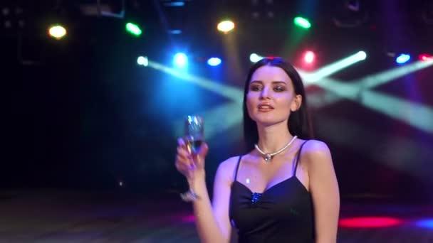 Pezsgővel a kezében egy partin tánc lány