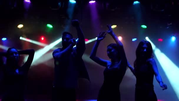 Nahaufnahme Freunde tanzen in Nachtclub, Silhouette.