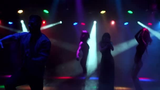 A modern, fiatal srác táncok, sötét, szórakozóhely