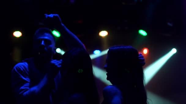 Detail přátel tanec v nočním klubu, silueta