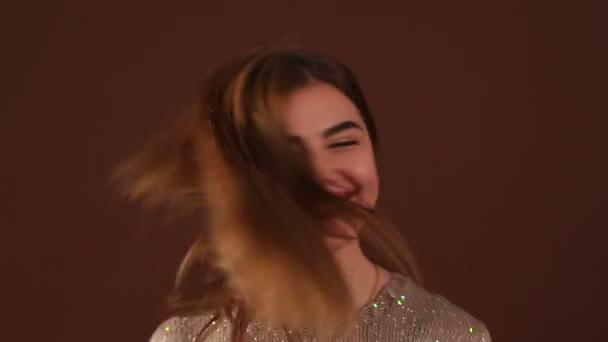 Porträt eines Mädchens mit langen wehenden Haaren im Studio.