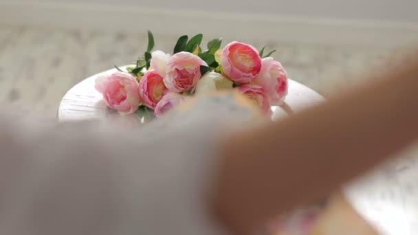 A lány festi a palettát, pünkösdi rózsa közelről