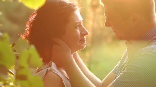 Portrét šťastný pár v lásce při západu slunce v parku