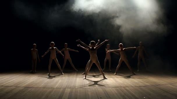 Kleine Kinder tanzen Ballett. Ballett