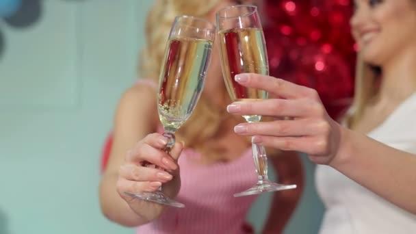 Nahaufnahme von zwei Gläsern Champagner für zwei Mädchen