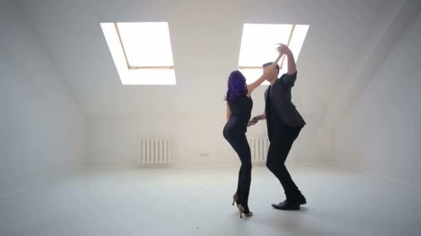 junges Paar tanzt die Bachata im Tanzsaal