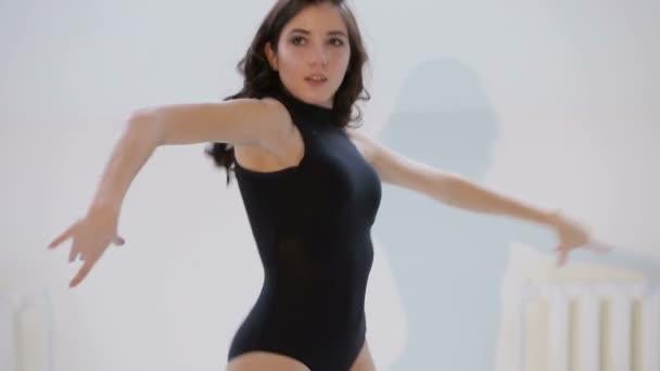 video-s-seksualnimi-devushkami-v-balnih-tantsah
