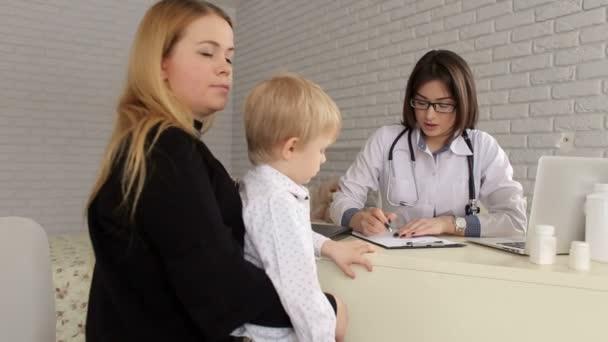 Mutter und Sohn beim Kinderarzttermin.