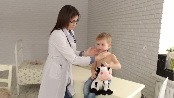Kinderarzt untersucht einen kleiner Junge im Krankenhaus