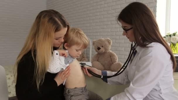 Kinderarzt untersucht ein Kind mit einem Stethoskop