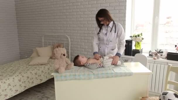 Kinderarzt untersucht Neugeborenes im Krankenhaus.