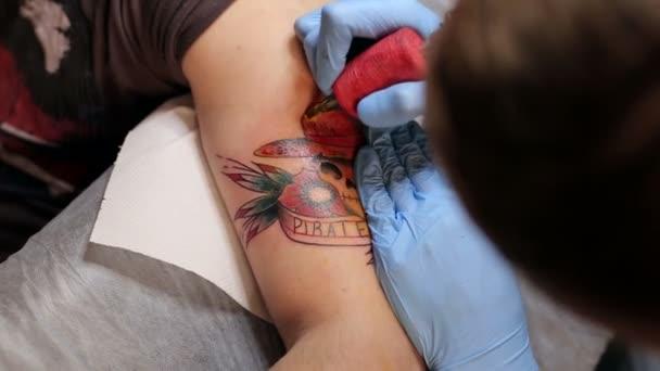 Tatuatore professionale facendo tatuaggio in studio