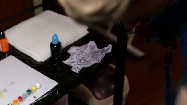 hlavní tattoo umělec připraví nástroje pro tetování