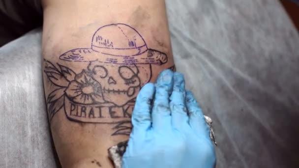 Profesionální tattooist dělá tetování ve studiu.