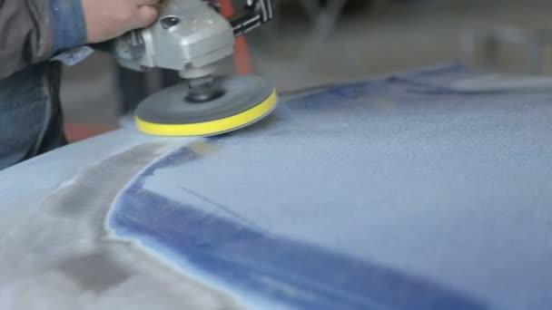 Opravář broušení lešticí auto karoserie a příprava automobilu pro malování.