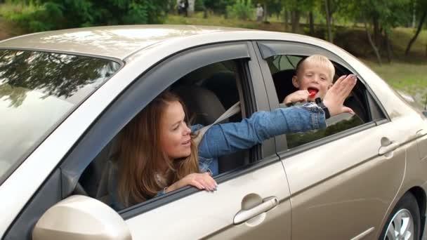Egy kisfiú kihajolt a kocsi ablakán, és megtapsolta az anyját..