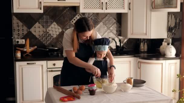 A boldog anya és lánya portréja, amint pitét sütnek a konyhában..