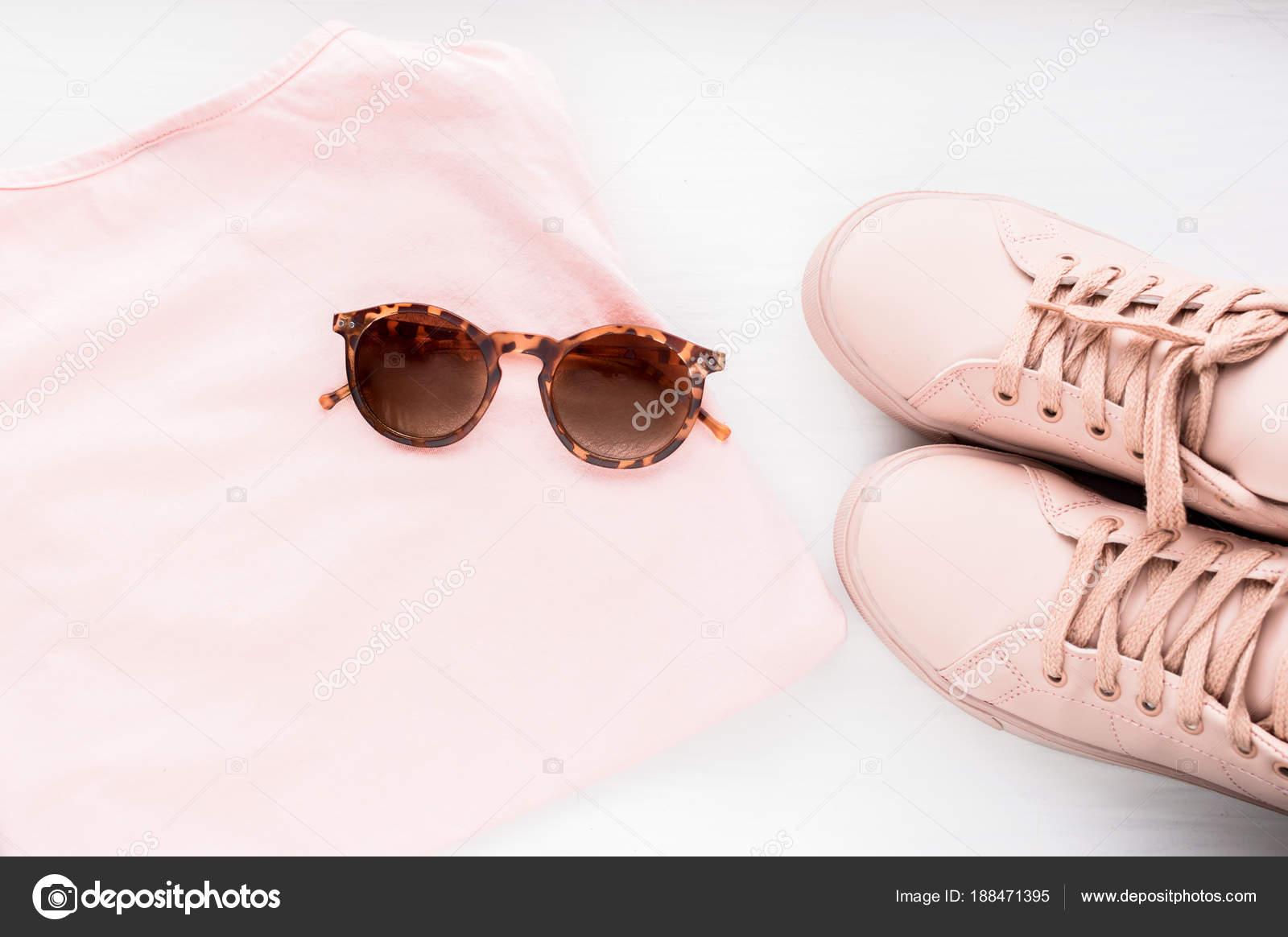 ad62801b17 Moda-de-rosa na moda mulher é definida com tênis e acessórios — Fotografia