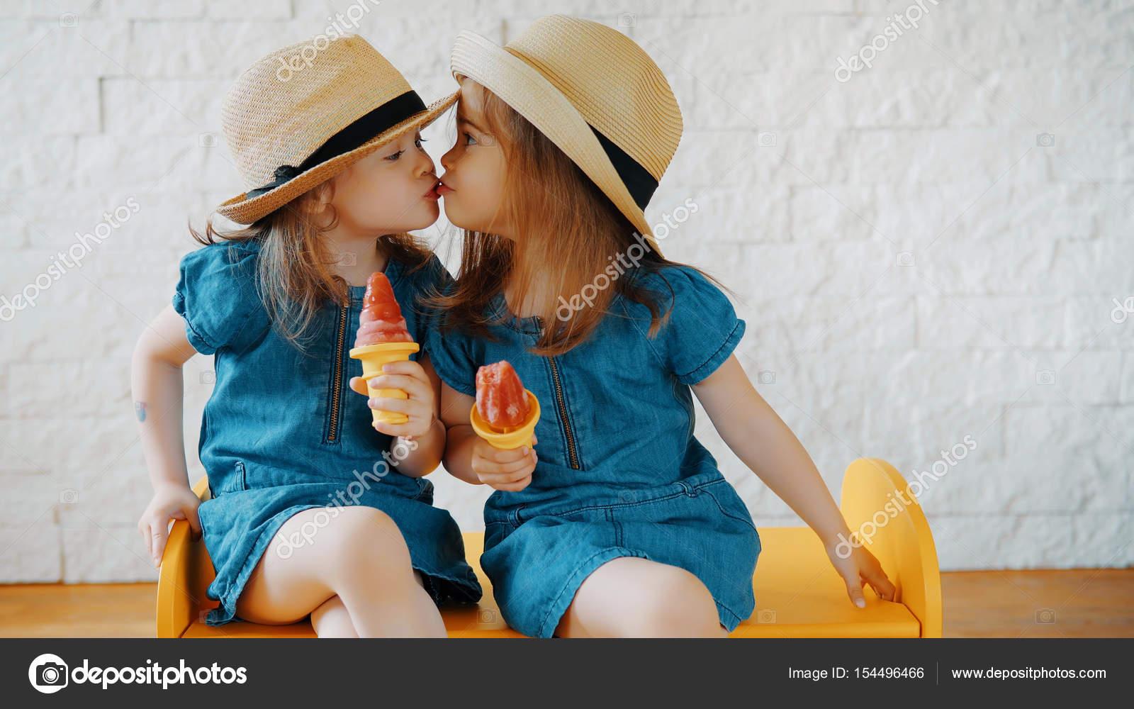 Niñas Dan Besos Y Esperan Para El Verano
