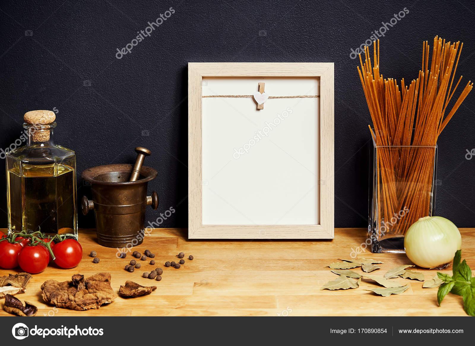 estante con aceite de oliva, tomates, especias y un marco en el ...