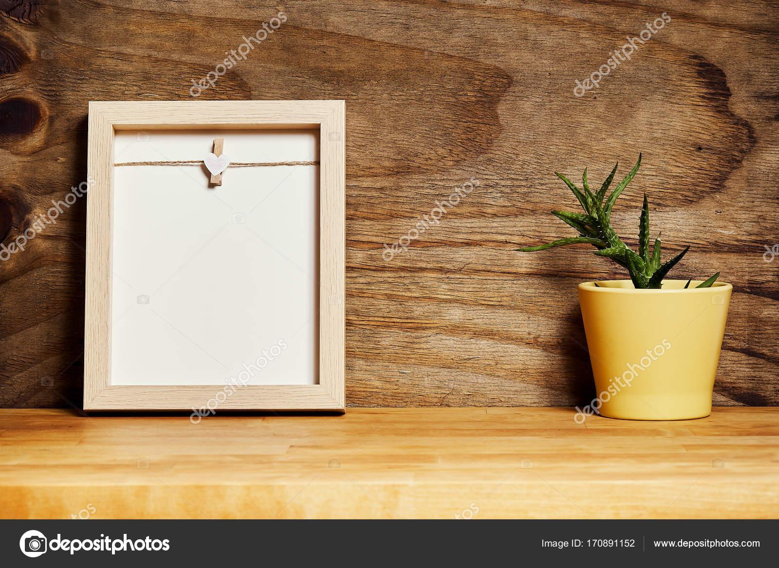 marco vacío en un estante de madera en una pared de madera ...