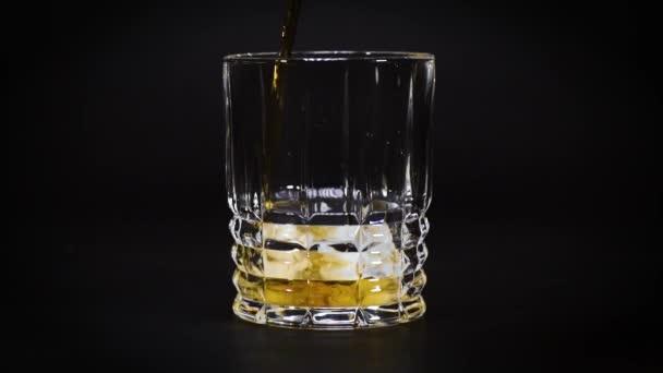 zlatá whisky nalitá do prázdné sklenice