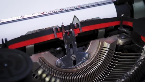slovo na papíře ve starém psacím stroji