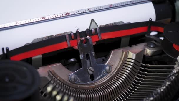 slovo láska na papíře ve starém psacím stroji