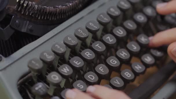 ženy ruce na starý psací stroj