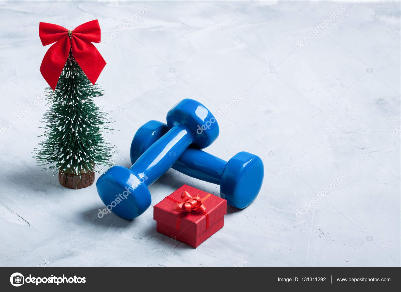 Kerst sport samenstelling met halters, rode geschenkdoos, Christus —  Stockfoto