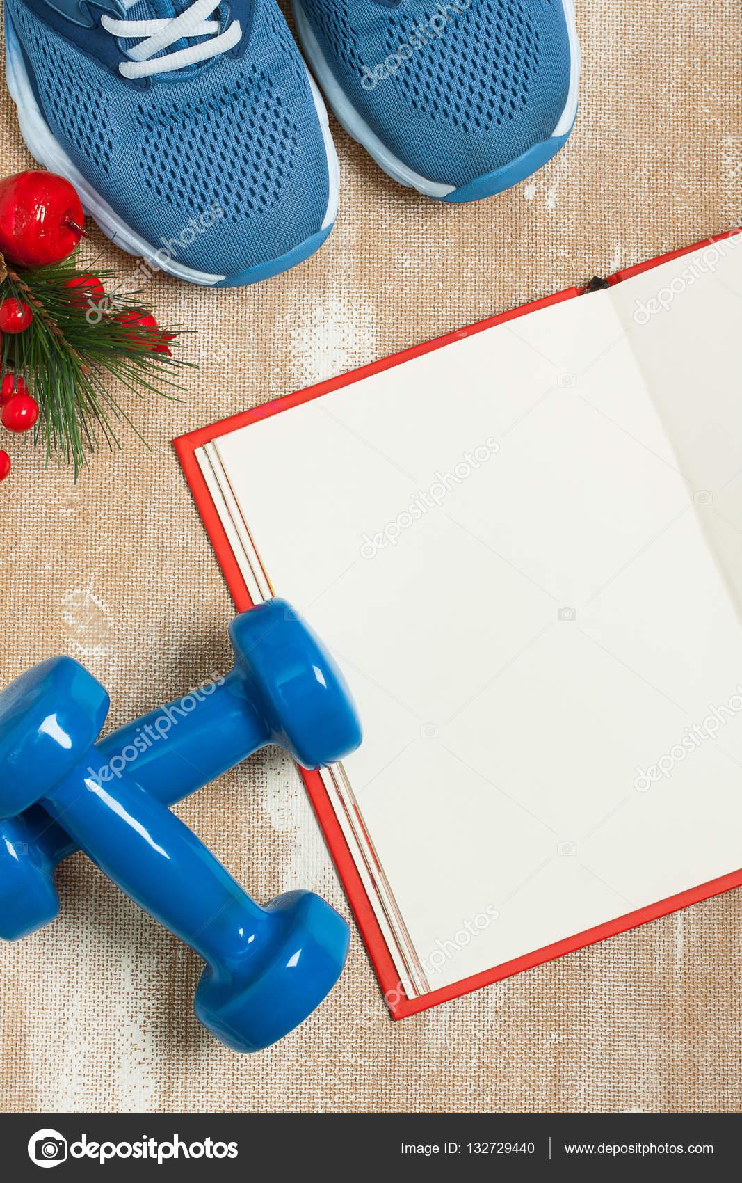 Weihnachten-Sport-Komposition mit Schuhen, Hanteln und Hinweis ...
