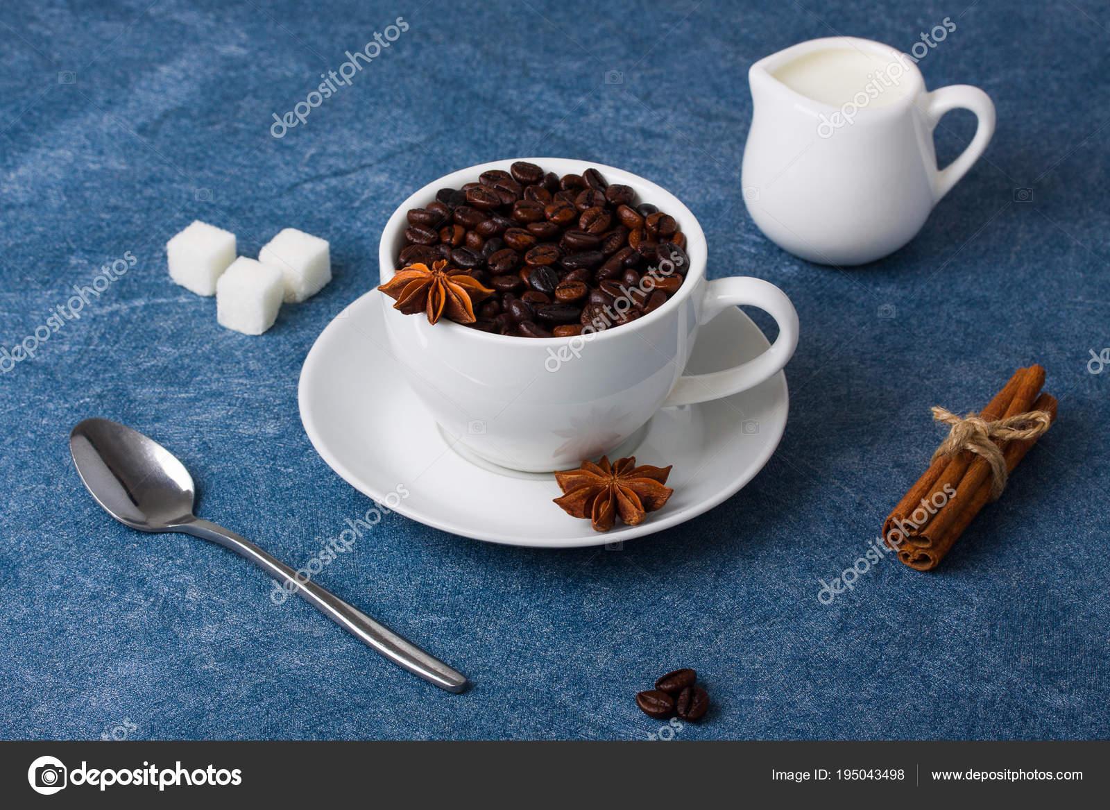 Tasse Kaffee Milch Zucker Löffel Zimt Anis Stockfoto