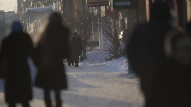 gente che cammina sulla strada di inverno