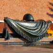Tomb of Unknown soldier and Eternal flame in Alexander garden near Kremlin wall in Moscow, Russia — стоковое фото #124903700