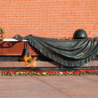 Tomb of Unknown soldier and Eternal flame in Alexander garden near Kremlin wall in Moscow, Russia — стоковое фото #124903704