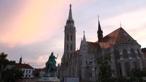 emlékmű tér, Mátyás-templom közelében