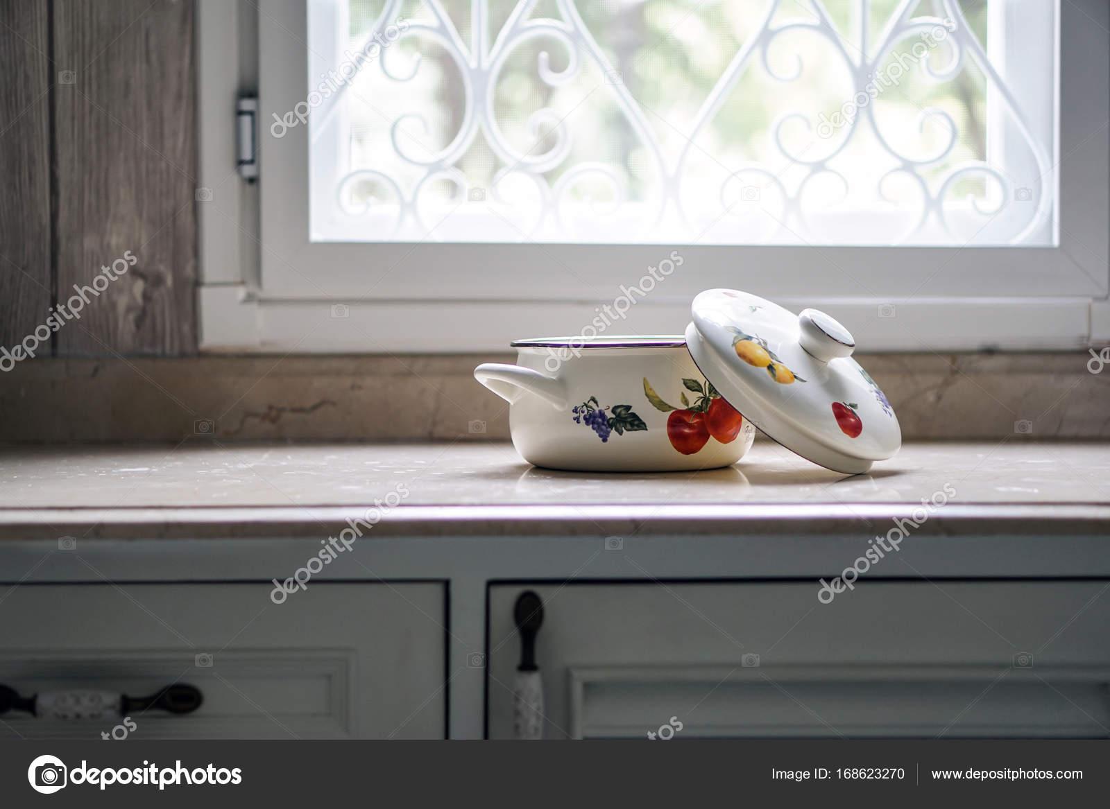Olla sobre la mesa de cocina vintage — Foto de stock © tarnrit ...