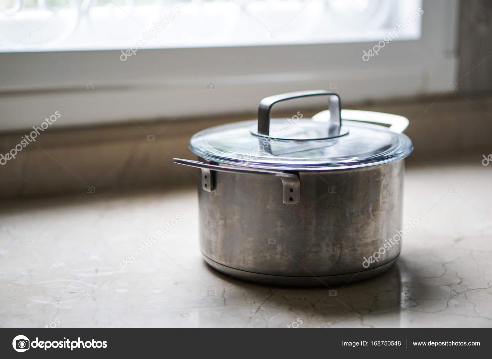 viejo acero aluminio olla en la mesa de la cocina — Foto de stock ...