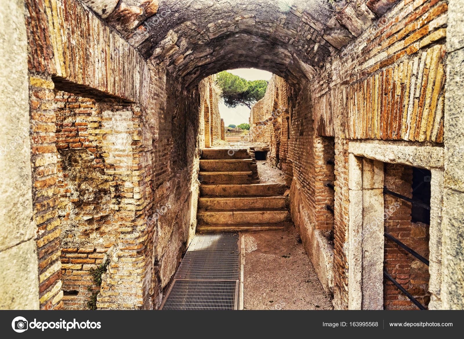 Scavi archeologici di ostia antica all 39 interno di un for Interno 1 ostia
