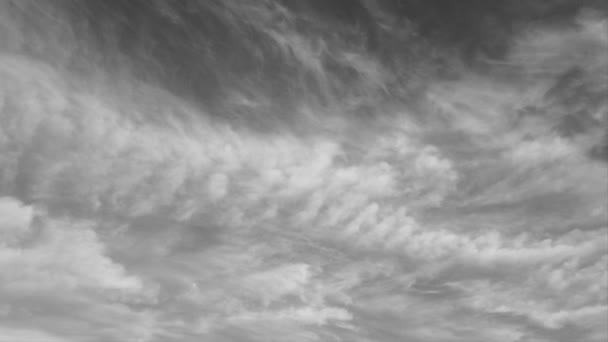 Zeitraffer am schwarz-weißen Himmel Altocumuluswolken, dichte Gruselwolken ziehen über den stürmischen Himmel, schlechtes Wetter