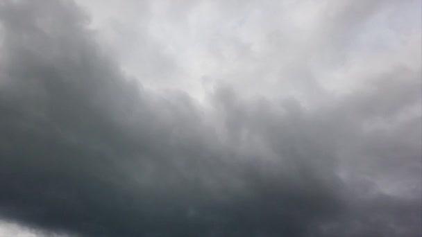 Bewegende Gewitterwolken im Zeitraffer, schlechtes Wetter und unheilvoller Himmel