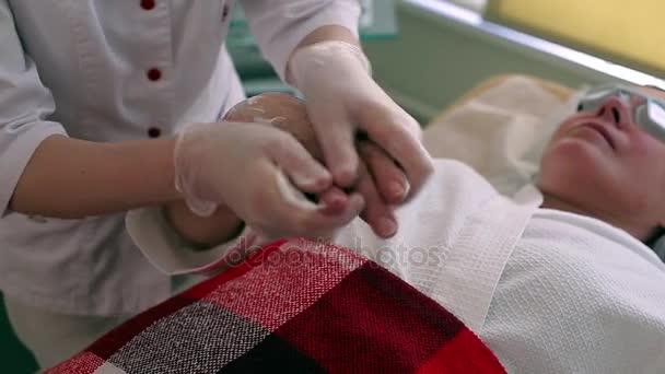 Orvos helyezi krém womans kezét