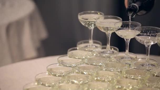 číšník nalil šampaňské v brýlích