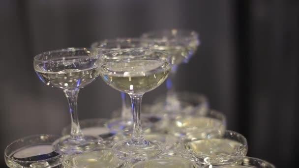 Pár krásných sklenic šampaňského jsou na stole