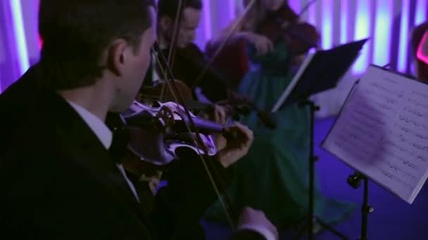 Előadás a zenekar a színpadon Concert Hall